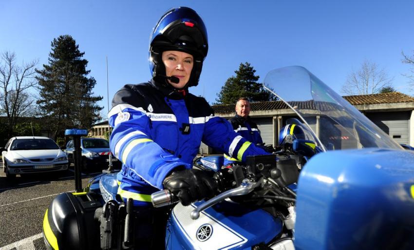 Les 6 000 gendarmes motocyclistes sont des gendarmes spécialistes de la police de la route. Comme leurs camarades des autres unités de la gendarmerie départementale, ils ont d'abord réussi les épreuves de sélection pour devenir gendarme, puis ont intégré une École de Sous-Officiers de Gendarmerie (ESOG) pour un stage de 10 mois.